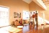 Froehliche Familie im Eigenheim
