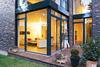 Große Glasfront mit Schiebetuer zur Terrasse