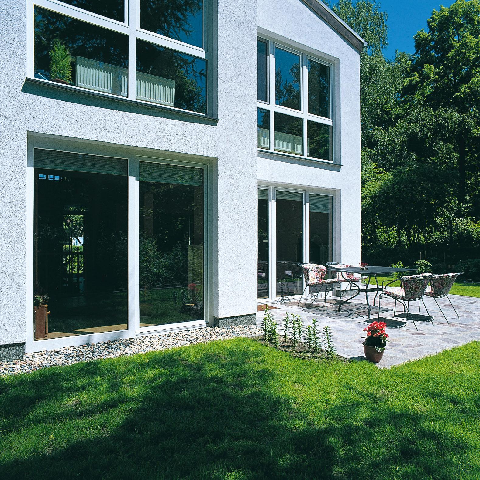 Haus mit großer Fensterfront und Terrasse