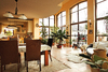 Großer Raum mit hohen Rundbogenfenstern
