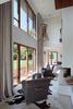 Hoher Kaminraum mit großer Glasfront
