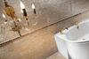 Badezimmer mit Oberflächendekoration aus Travertin-Kalkstien