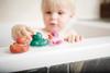 Spielendes Kind in der Badewanne