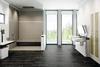 Badezimmer mit schwarzen Fliesenboden