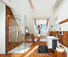 Dachgeschoss-Badezimmer mit Dachfenster
