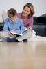Lesender Junge mit Mutter