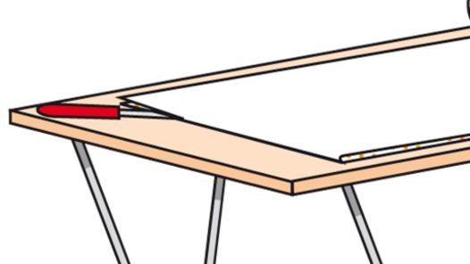 Durchtrennen der umgeschlagenen Tapetenbahn mit dem Tapeziermesser