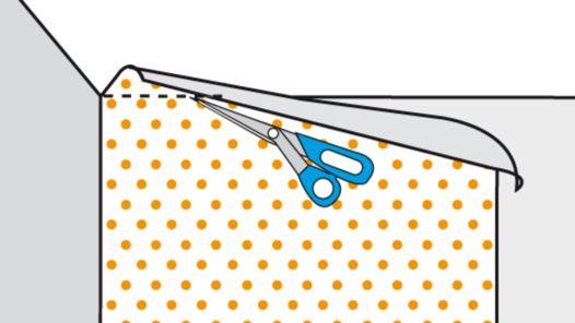 Tapetenüberstand mit Schere markieren