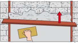 Putzfläche mit Richtscheit abziehen und mit Reibebrett bearbeiten