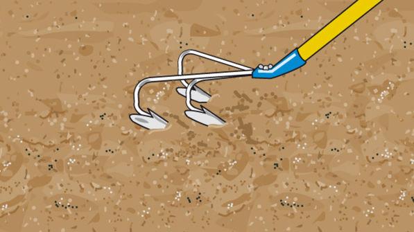 Boden mit Kultivatorhacke auflockern
