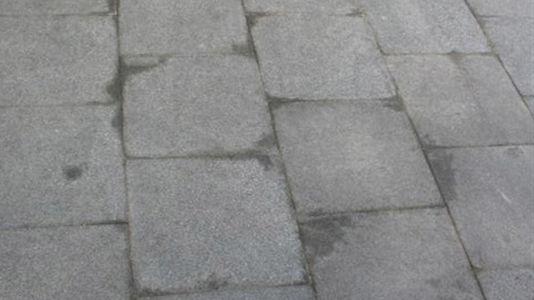 Naturstein-Beschädigung durch Nässe im Untergrund