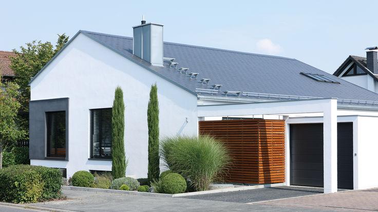 Haus mit hellgrauer Dachdeckung