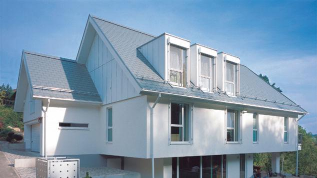 Haus mit blaugrauer Dachdeckung
