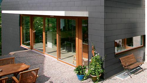 Haus mit schwarzer Außenwandfassade