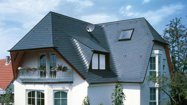 Haus mit schwarzer Dachdeckung