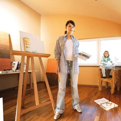 Künstlerin im hellen Zimmer