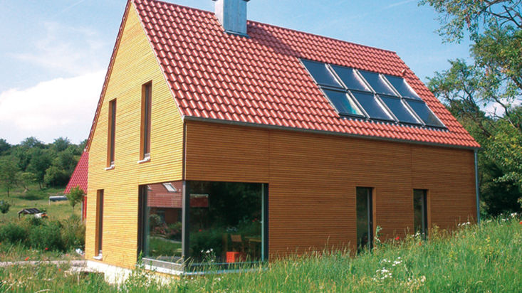 Haus mit heller Holzfassade