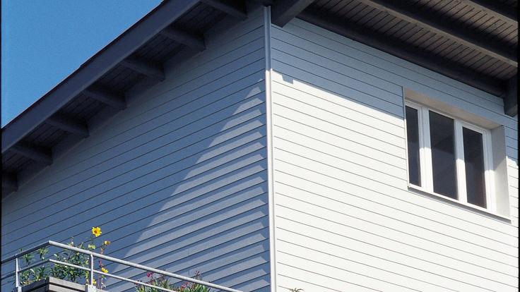 Weiße Holzpaneelen als Hausfassade
