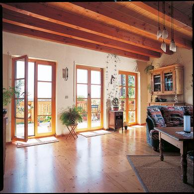 Wohnzimmer mit drei Fenstertueren