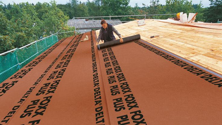 Montage der Wärmedämmung am Dach