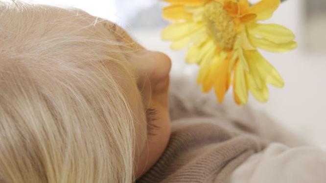Entspanntes Kind und eine Blume