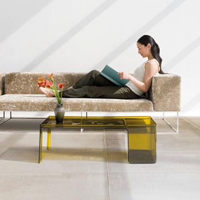 Lesende Frau auf der Couch