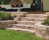 Braune Steinstufen zur Gartenterasse