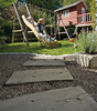 Gartenweg aus versetzten Steinplatten