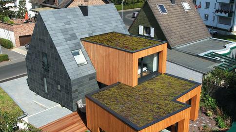 Haus mit Schieferdeckung und Holzpaneelen-Fassade