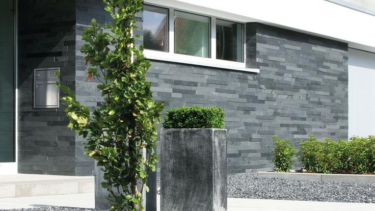 Hauswand mit Schieferstein-Fassade in anthrazit