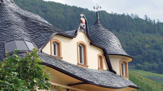 Geschwungenes Hausdach mit Schindeldeckung