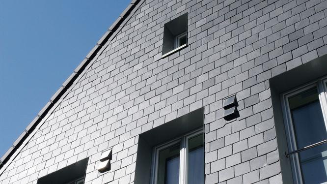 Haus mit grauer Steinfassade