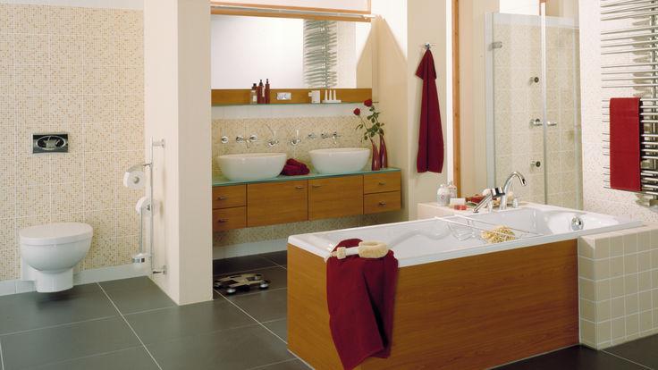 Badezimmer mit Holzelementen und schwarzen Fliesenboden