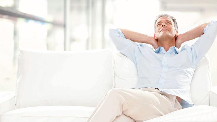 Entspannter Mann auf weißer Couch