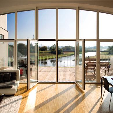 Große Bogen-Fensterfront
