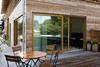 Haus mit Holzfassade, Holzterrasse und Holzfenster