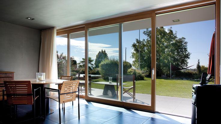 Zimmer mit Glasfront und Schiebeglastür