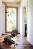 Flur mit spielendem Jungen vor Fenstertuer