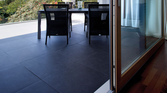 Terrasse mit großer Schiebeglastür