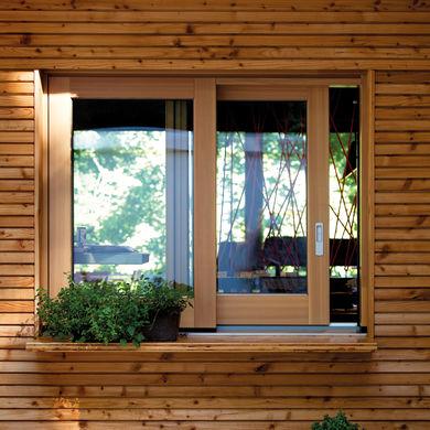 Holzfassade mit Holz-Schiebefenster