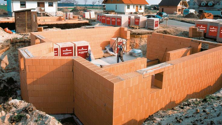 Halbfertige Kellermauer einer Baustelle