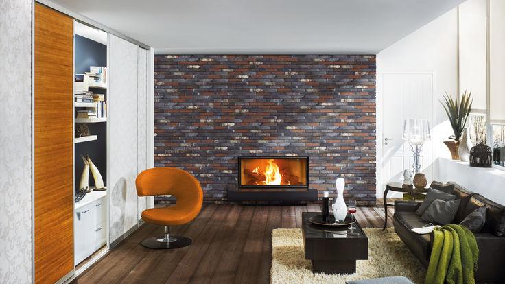 Wohnzimmer mit brennendem Kamin