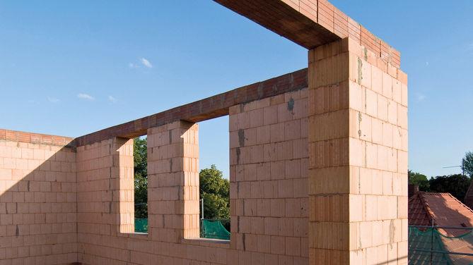 Ausschnitt eines rohen Mauerwerks vom Erdgeschoss