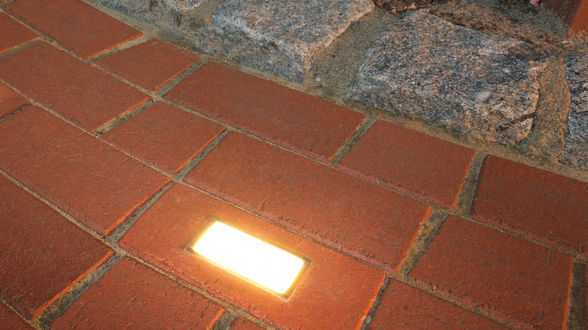 Pflasterweg mit integrierter Bodenbeleuchtung