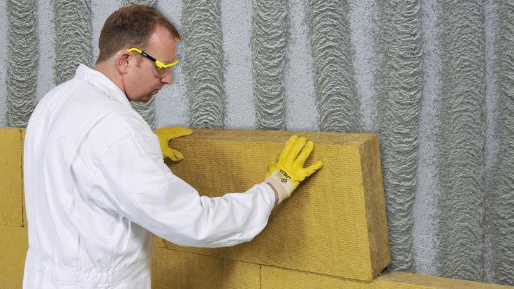 Wand mit einer Daemmschicht aus Minerallwolle auskleiden