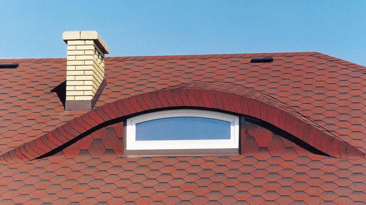 Deckungsbild rotes Ziegeldach mit Kamin und abgerundetem Dachfenster