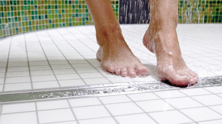 Fueße die unter der Dusche stehen
