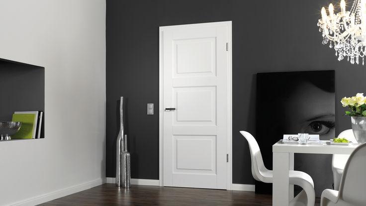 Schwarze Wand mit weißer Zimmertuer