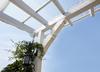 Weiße Holzbalken-Konstruktion für Ueberdachung