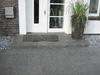 Eingangsbereich mit grauer Steinstufe